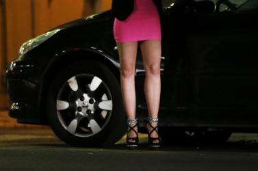 Magyar emberkereskedők kényszerítettek prostitúcióra egy fiatal nőt